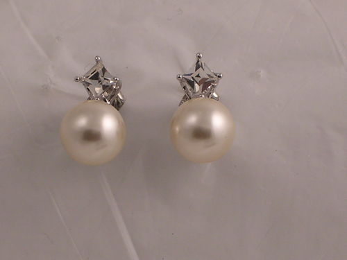 Pearly Dot Earring